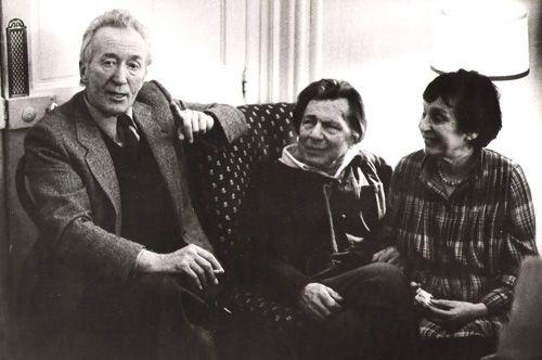 De gauche à droite, Claude Roy avec Vladimir et Ida Pozner, rue Mazarine (Paris).