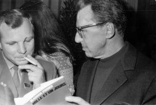 Vladimir Pozner présente Mille et un jours à Youri Gagarine, premier homme dans le cosmos. Paris, 1967. Photo André Pozner